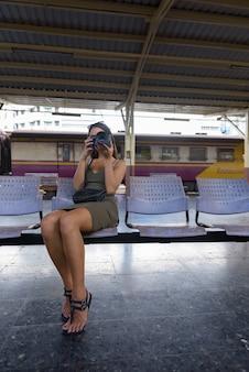 Jeune, touriste, séance femme, et, prendre photo, à, appareil photo