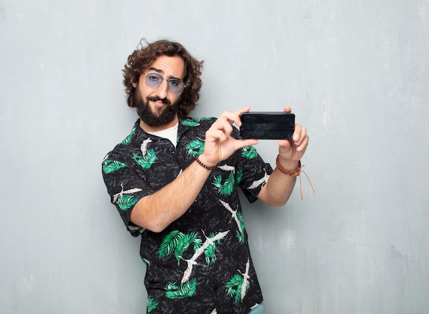 Jeune touriste avec un téléphone portable