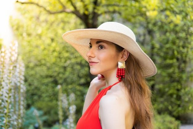 Jeune touriste en vacances en europe regardant la nature femme de race blanche, vêtue de rouge