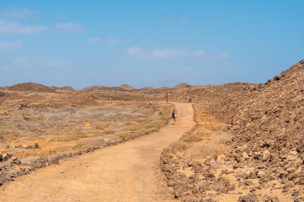 Un jeune touriste visitant l'isla de lobos, au large de la côte nord de l'île de fuerteventura, îles canaries. espagne