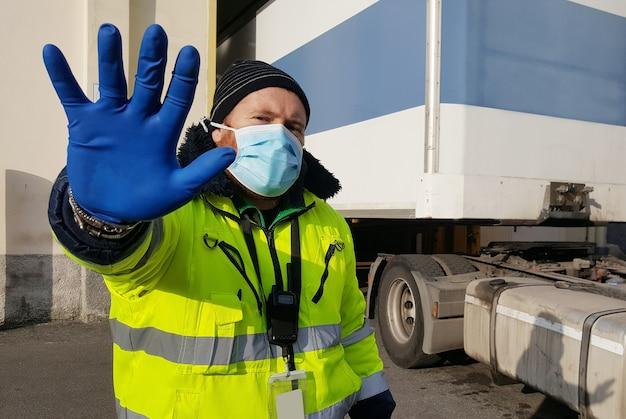 Jeune travailleur au courrier express avec masque de protection contre les coronavirus