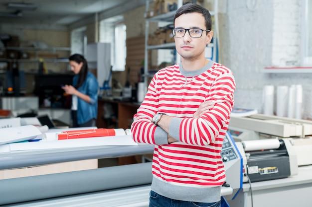 Jeune travailleur du bureau de typographie