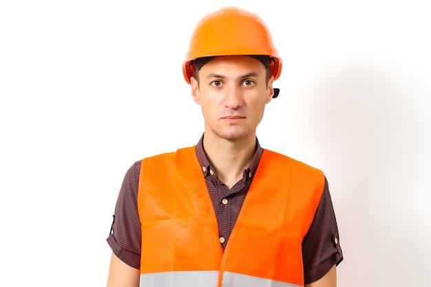 Jeune travailleur isolé sur blanc
