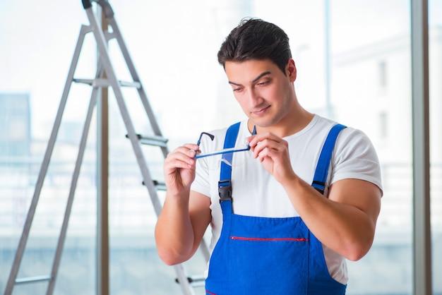 Jeune travailleur avec des lunettes de protection