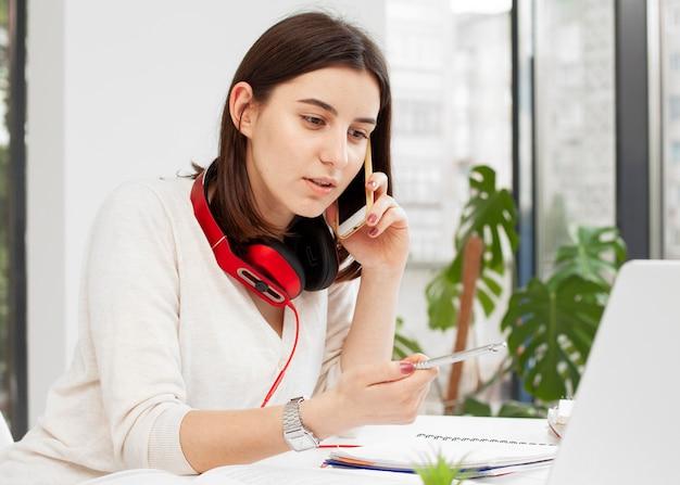 Jeune tuteur à la maison, parler au téléphone