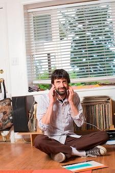Jeune urban hipster à l'écoute de la collection de disques