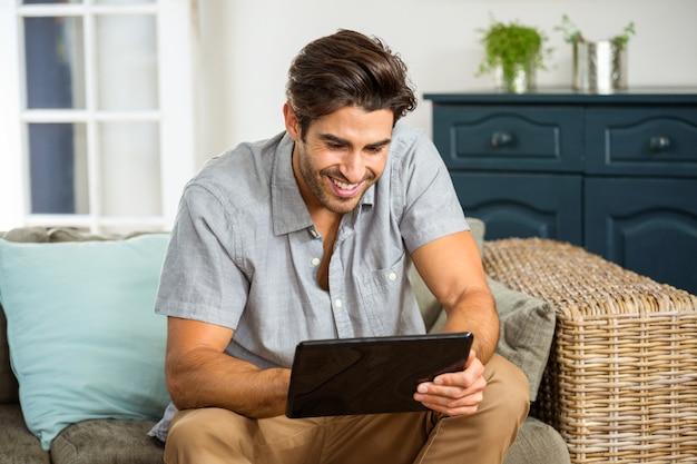 Jeune, utilisation, tablette numérique, dans, salle de séjour