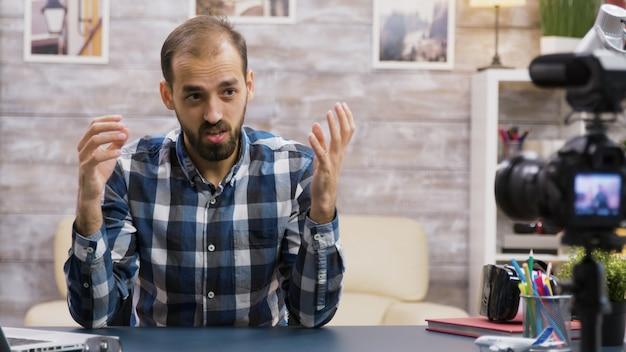 Jeune vlogger en colère lors de l'enregistrement d'un nouveau podcast pour son public sur les réseaux sociaux. célèbre influenceur.