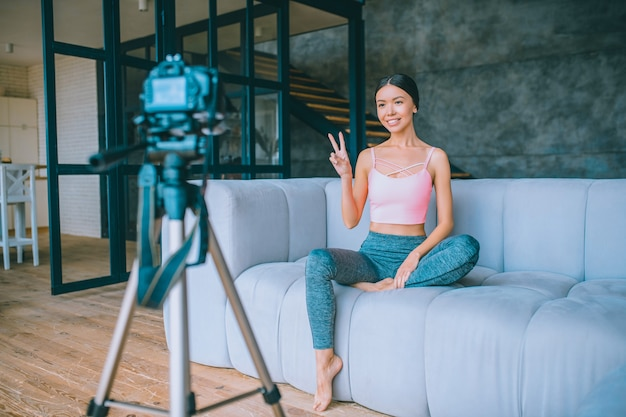 Jeune vlogger de fitness enregistrant une vidéo