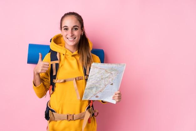 Jeune voyageur caucasien femme isolée souriant et levant le pouce vers le haut