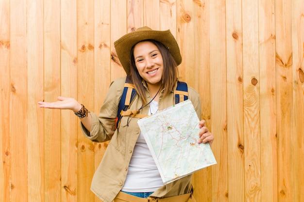 Jeune, voyageur, femme, carte, contre, bois, mur