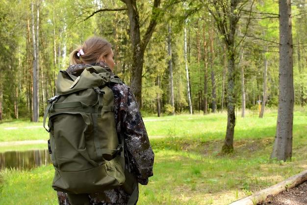 Jeune voyageur avec fond extérieur sac à dos. camping vacances en forêt