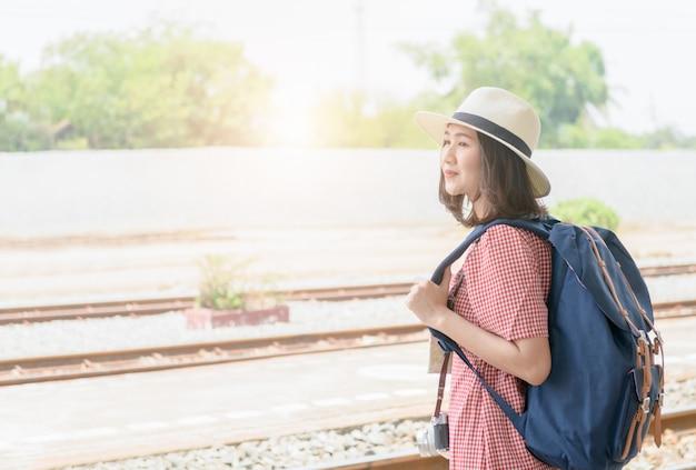 Jeune voyageur hipster avec sac à dos vintage