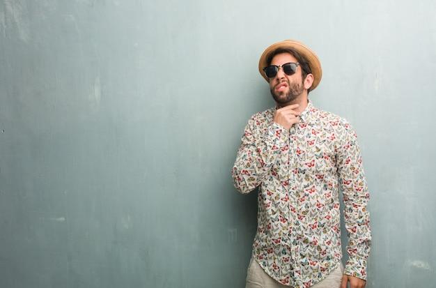 Jeune voyageur portant une chemise colorée avec mal de gorge, malade à cause d'un virus