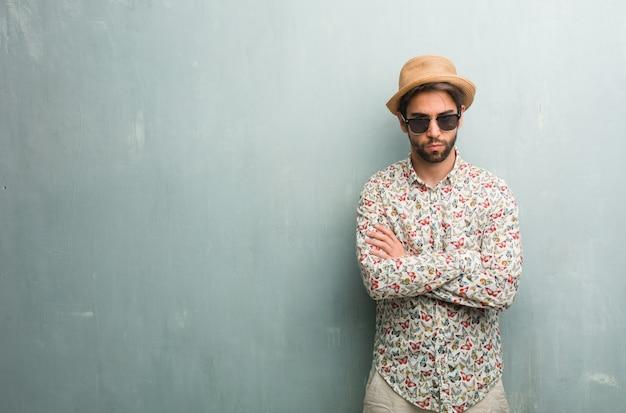 Jeune voyageur portant une chemise colorée très en colère et contrariée, très tendue
