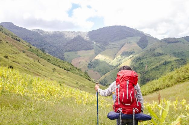 Jeune voyageur profitant d'un coucher de soleil sur la vue sur la montagne