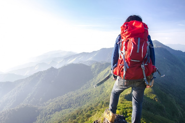 Jeune Voyageur Profitant D'un Coucher De Soleil Sur La Vue Sur La Montagne Photo Premium