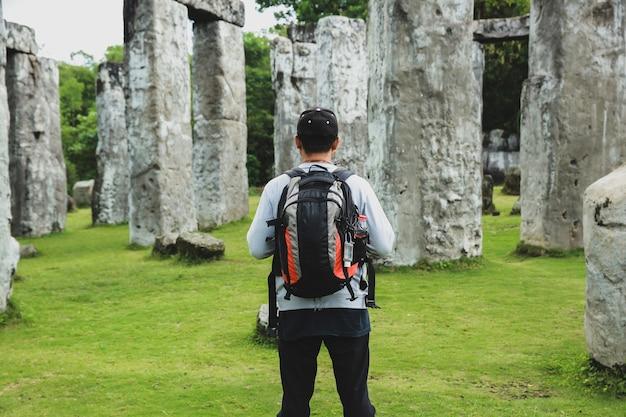 Jeune voyageur profitant de la vue sur le monument en pierre de stonehenge