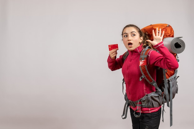 Jeune Voyageur Surpris Avec Un Gros Sac à Dos Tenant Une Carte En Agitant La Main Photo gratuit