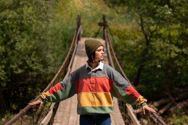 Jeune voyageuse profitant d'un environnement rural