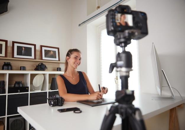 Jeune youtuber enregistre un vlog de photographie
