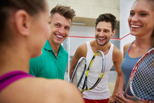 Jeunes actifs jouant au squash