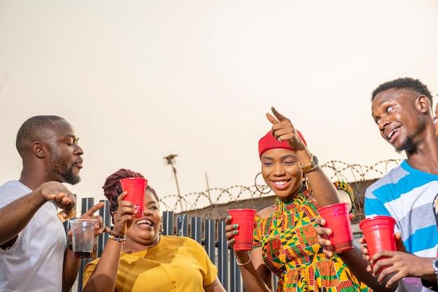 Jeunes adultes africains organisant une fête