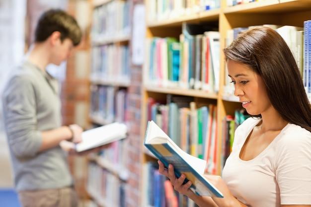 Jeunes adultes étudiant des livres
