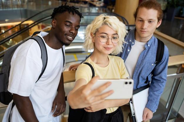 Jeunes adultes réunis pour étudier