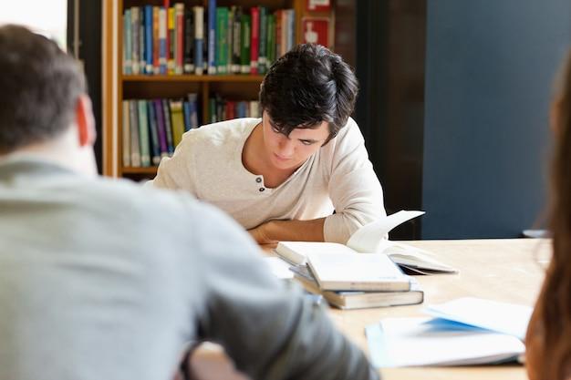 Jeunes adultes travaillant sur un essai