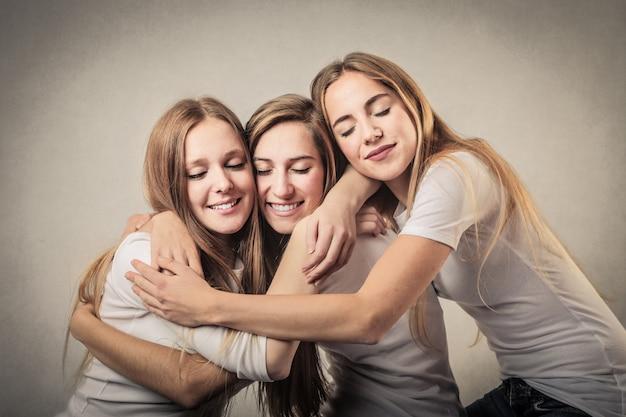 Jeunes amies embrassant