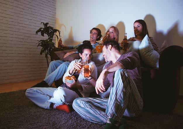 Jeunes amis ayant une soirée de cinéma
