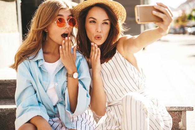 Jeunes amis caucasiens avec maquillage naturel prenant un selfie