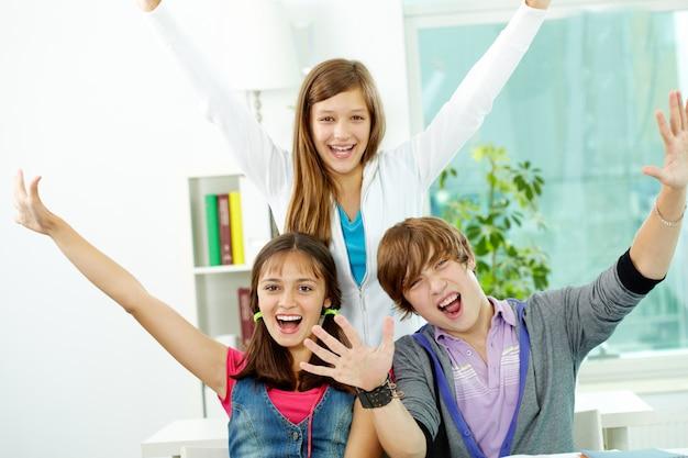 Jeunes amis en criant ensemble