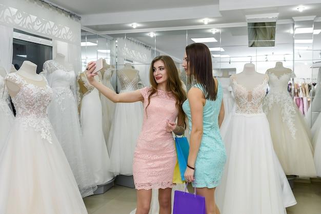 Jeunes amis dans un salon de mariage faisant selfie