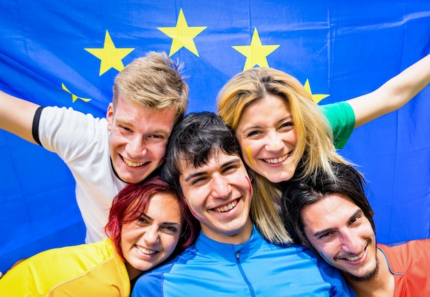 Jeunes amis avec drapeau européen