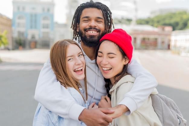 Jeunes amis étreignant
