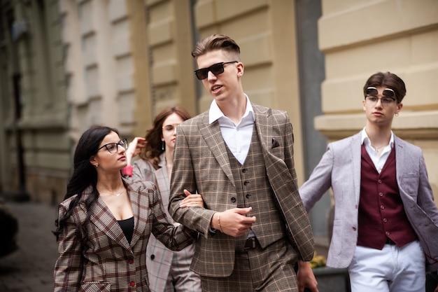 Jeunes amis étudiants de mode dans la ville