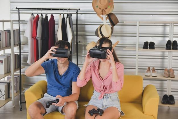 Jeunes amis heureux partageant du contenu sur la plateforme de streaming blogueur