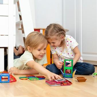 Jeunes amis jouant à la maison