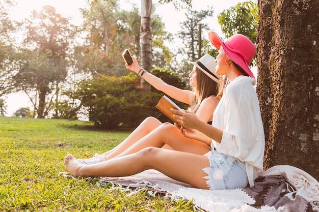Jeunes amis lisent dans le parc