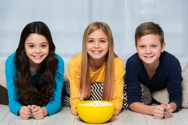 Jeunes amis, manger du pop-corn