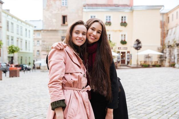 Jeunes amis en manteaux.
