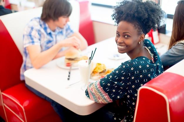 Jeunes amis multiraciales profitant du diner