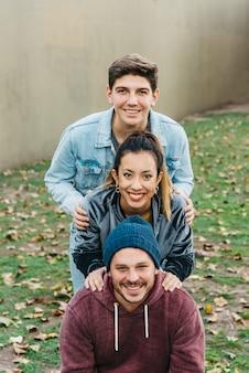 Jeunes amis multiraciaux debout les uns après les autres