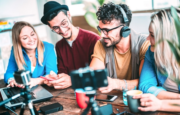 Jeunes amis partageant du contenu sur une plate-forme de streaming avec une webcam