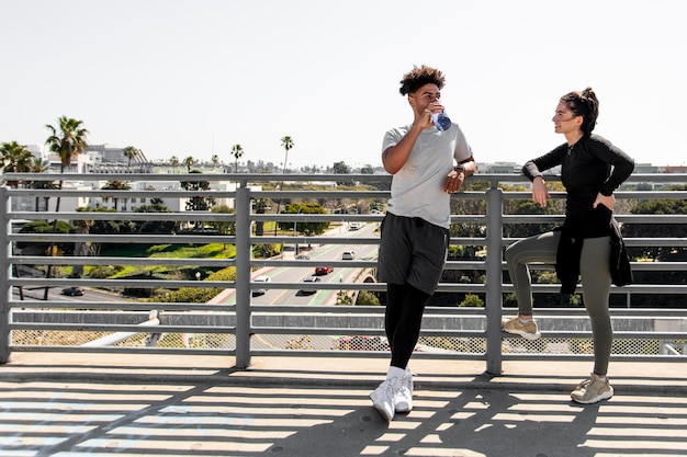 Jeunes amis en pause de jogging