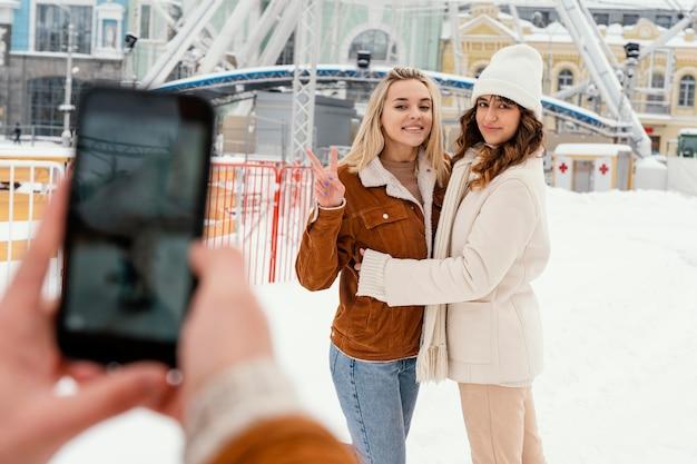 Jeunes amis en plein air prenant des photos