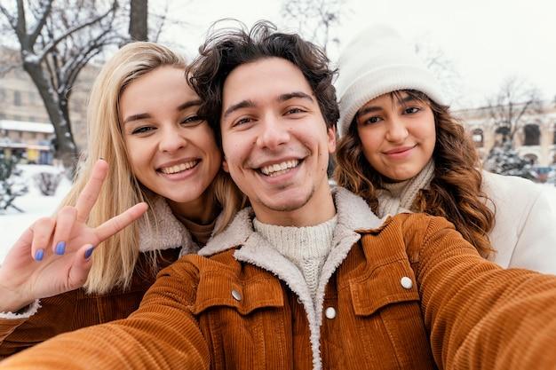Jeunes amis en plein air profitant du temps ensemble