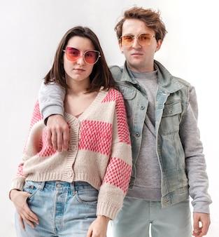 Jeunes amis portant des lunettes de soleil